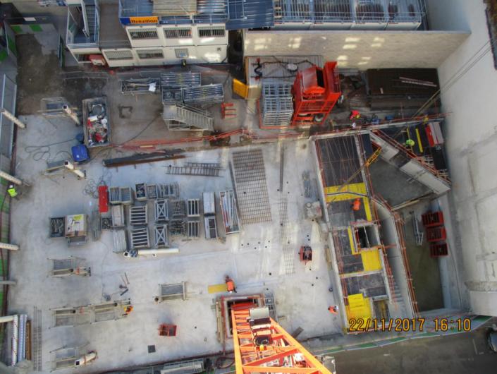 Vue des travaux de fondation du nouveau bâtiment de l'école Massillon depuis la grue